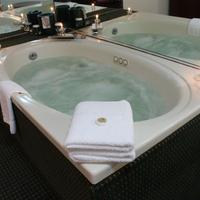 Grand Royale Hotel Jetted Tub