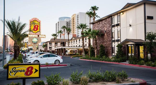 Super 8 Las Vegas Strip Area at Ellis Island Casino - Las Vegas - Building
