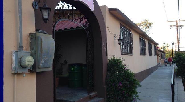 Hotel Quinta Lolita - La Paz - Outdoor view