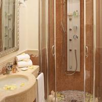 Hotel Tiffany's Bathroom