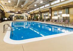 Comfort Inn & Suites Airport - Syracuse - Kolam