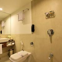 Hotel Express Residency Vadodara Bathroom