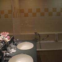 Hotel Avenue Bathroom
