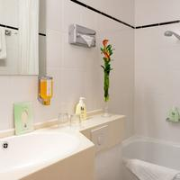 Favored Hotel Scala Bathroom with bathtub