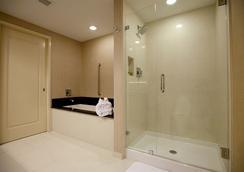 Town & Country Inn and Suites - Charleston - Kamar Mandi
