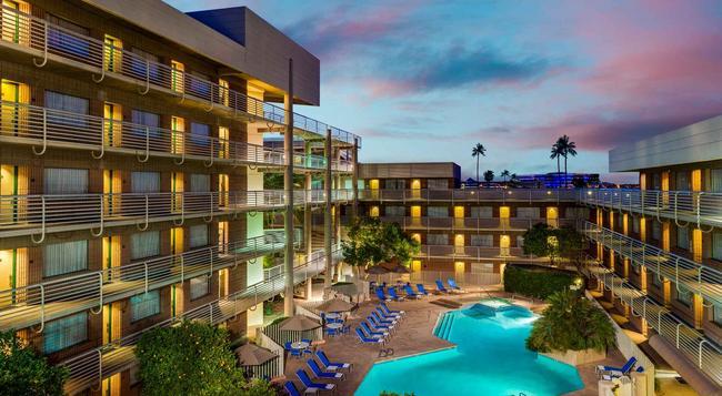 DoubleTree Suites by Hilton Hotel Phoenix - Phoenix - Building