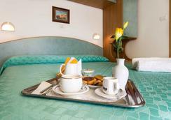 Hotel Ivonne Garnì - Rimini - Kamar Tidur