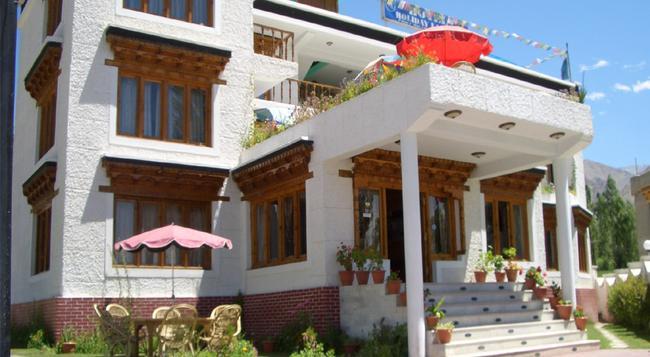 Hotel Holiday Ladakh - Leh - Building