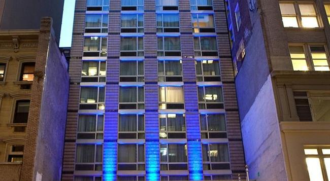 Holiday Inn Express Manhattan Times Square South - New York - Building