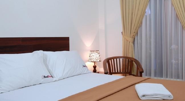 Reddoorz Near Marlboro - Denpasar - Bedroom
