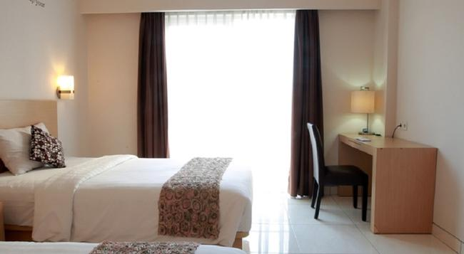 RedDoorz Plus near Lippo Mall Kuta - Denpasar - Bedroom