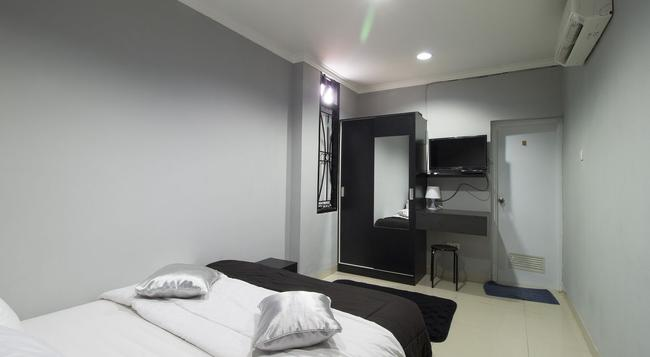 RedDoorz @ Radio Dalam 2 - Jakarta - Bedroom