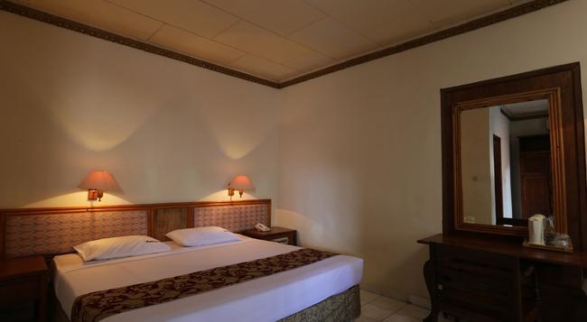 RedDoorz Near Seminyak Beach - Denpasar - Bedroom