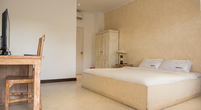 Reddoorz Plus Near Batubelig Beach - Denpasar - Bedroom
