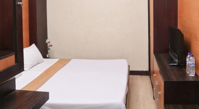RedDoorz Near Padma Beach - Legian - Bedroom