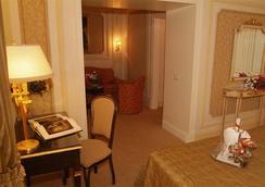 Hotel Champagne Garden - Roma - Kamar Tidur