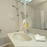 Wyndham Garden Kassel Guest Bathroom