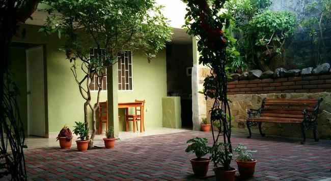Hotel Casa de Angeles - Managua - Building