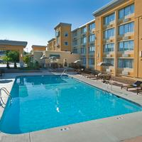 La Quinta Inn & Suites Manchester Inviting and refeshing outdoor pool