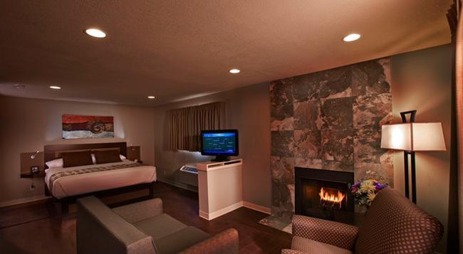 Hotel at Waterwalk - Wichita - Bedroom