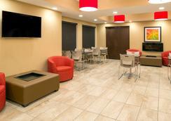 Microtel Inn & Suites by Wyndham Red Deer - Red Deer - Lobi