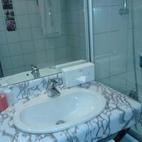 Brit Hotel Aux Sacres Bathroom